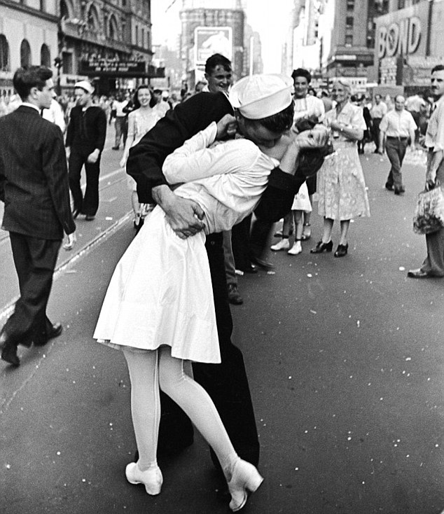 Times Square sailor-kiss photo